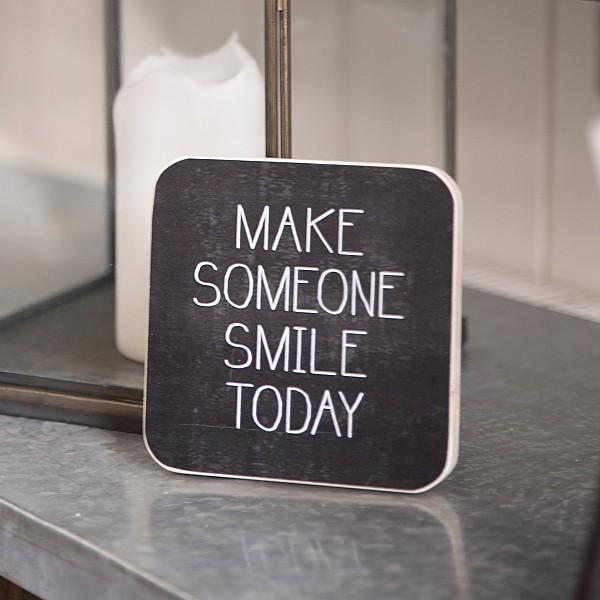 Träskylt Make someone smile today