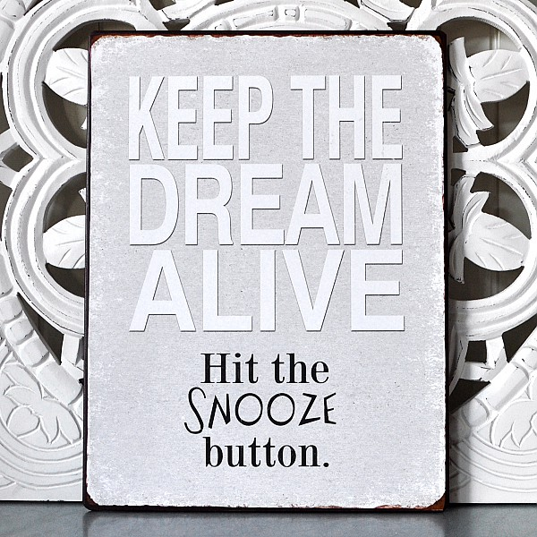 Plåtskylt Keep the dream alive hit the snooze button