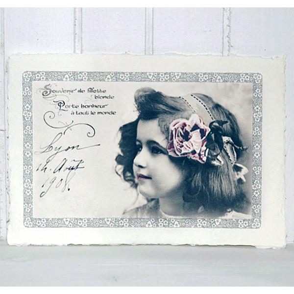 Bild Flicka med blomma i håret