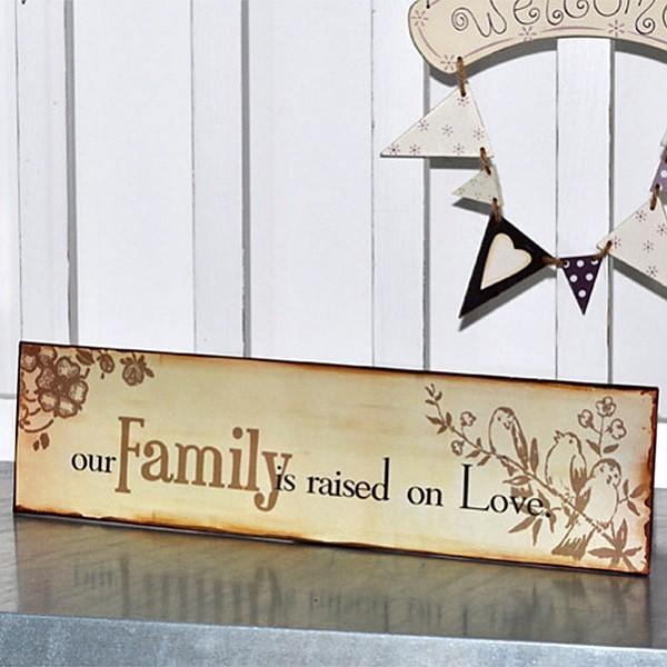 Plåtskylt - Our family is raised on love