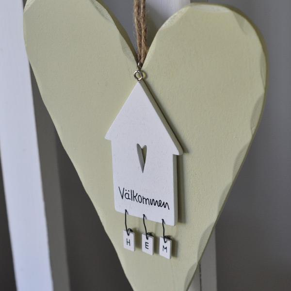 Trähjärta och skylt hus Välkommen HEM