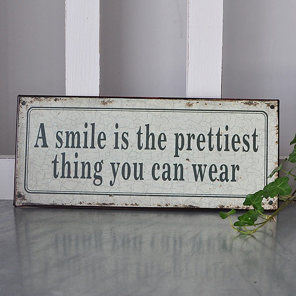 Plåtskylt A Smile is the prettiest thing you can wear