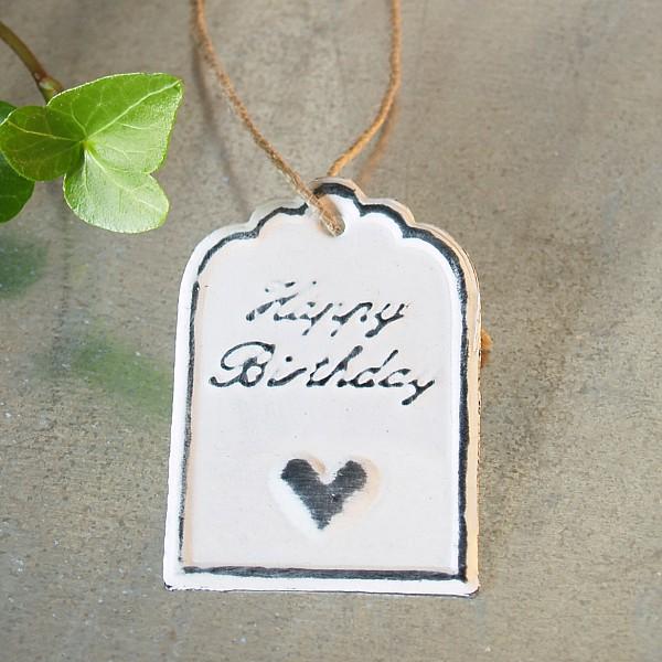 Tag Happy Birthday med hjärta 6 x 4 cm - Vit